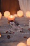 Kerze und Girlande Lizenzfreie Stockfotografie