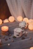 Kerze und Girlande Stockfoto
