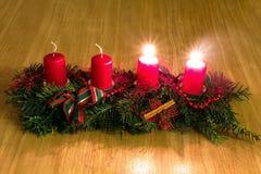 Kerze und Glaskugeln mit dem gezierten Zweig Stockfotografie