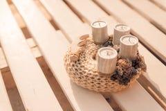 Kerze und Glaskugeln mit dem gezierten Zweig lizenzfreie stockfotos
