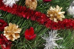 Kerze und Glaskugeln mit dem gezierten Zweig Stockfoto