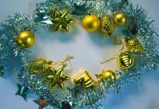 Kerze und Glaskugeln mit dem gezierten Zweig Ebene des neuen Jahres oder des Weihnachten legen Fotohintergrund für Plakat, Grußka Stockbilder