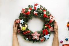 Kerze und Glaskugeln mit dem gezierten Zweig Neues Jahr Weihnachtsmann und roter Ball Lizenzfreies Stockfoto