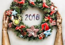 Kerze und Glaskugeln mit dem gezierten Zweig Neues Jahr Weihnachtsmann und roter Ball Stockfotos