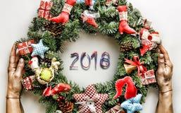 Kerze und Glaskugeln mit dem gezierten Zweig Neues Jahr Weihnachtsmann und roter Ball Stockbild