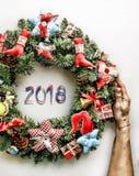 Kerze und Glaskugeln mit dem gezierten Zweig Neues Jahr Weihnachtsmann und roter Ball Stockfoto
