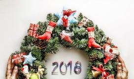 Kerze und Glaskugeln mit dem gezierten Zweig Neues Jahr Weihnachtsmann und roter Ball Stockbilder