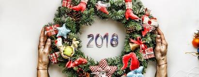 Kerze und Glaskugeln mit dem gezierten Zweig Neues Jahr Weihnachtsmann und roter Ball Lizenzfreie Stockbilder