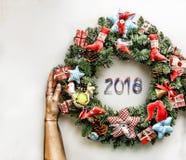 Kerze und Glaskugeln mit dem gezierten Zweig Neues Jahr Weihnachtsmann und roter Ball Lizenzfreie Stockfotografie