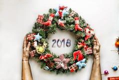Kerze und Glaskugeln mit dem gezierten Zweig Neues Jahr Weihnachtsmann und roter Ball Stockfotografie