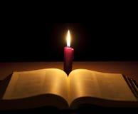 Kerze und heilige Bibel lizenzfreies stockfoto