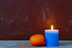 Kerze und Orange lizenzfreie stockfotos