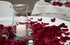 Kerze und Rose Petals Center Piece On eine Tabelle Stockbilder