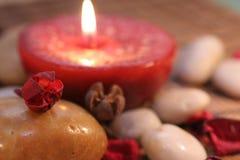 Kerze und Stein Lizenzfreie Stockbilder