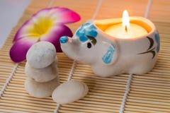 Kerze und Steine Lizenzfreies Stockbild