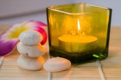 Kerze und Steine Stockfotografie