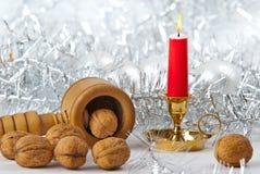 Kerze und Walnüsse stockbild