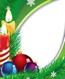 Kerze- und Weihnachtsbaumkugeln Stockfotografie