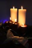 Kerze- und Weihnachtsdekoration lizenzfreie stockfotografie