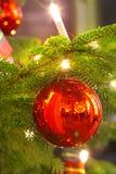 Kerze- und Weihnachtskugel Lizenzfreie Stockfotos