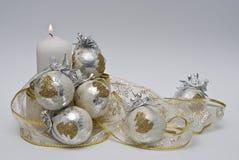 Kerze- und Weihnachtskugeln. Stockbilder