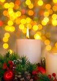 Kerze und Weihnachtslichter Stockfoto