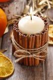 Kerze verziert mit Zimtstangen, Weihnachtsdekoration Lizenzfreies Stockbild