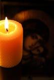 Kerze vor Jungfrau Maria Lizenzfreies Stockfoto