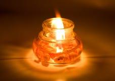 Kerze wird in der Dunkelheit beleuchtet Stockfotos