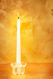 Kerzeleuchte auf Gold Lizenzfreie Stockfotografie