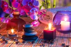 Kerzen, Öl, Trockenblumengesteck  Stockfotografie