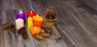 Kerzen auf altem hölzernem Hintergrund Stockfotografie
