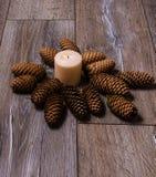 Kerzen auf altem hölzernem Hintergrund Stockbild
