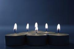 Kerzen auf Blau Stockfotografie