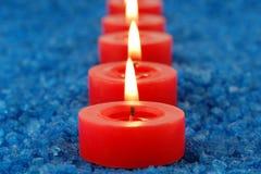Kerzen auf dem Badekurortsalz Lizenzfreies Stockbild