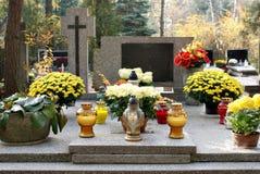 Kerzen auf dem Grab Lizenzfreie Stockfotos