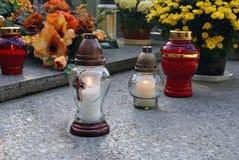 Kerzen auf dem Grab Stockbild