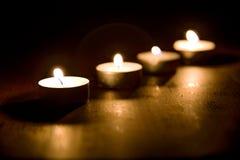 Kerzen auf der Tabelle stockfotos