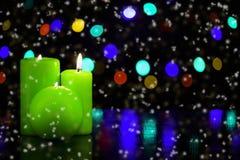 Kerzen auf der Weihnachtstabelle Lizenzfreies Stockfoto