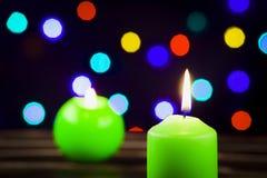 Kerzen auf der Weihnachtstabelle Lizenzfreie Stockfotografie