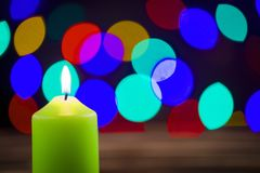 Kerzen auf der Weihnachtstabelle Stockfotografie