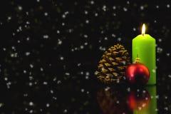 Kerzen auf der Weihnachtstabelle Stockfoto