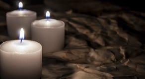 Kerzen auf Dunkelheit lizenzfreies stockfoto