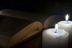 Kerzen auf Dunkelheit lizenzfreie stockfotos
