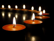 Kerzen auf einem dunklen Hintergrund Stockfoto