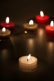 Kerzen auf einem schwarzen Hintergrund Stockbild
