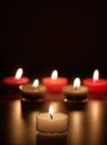 Kerzen auf einem schwarzen Hintergrund 2 Stockbilder