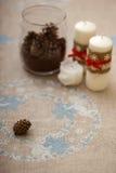Kerzen auf gestickter Tischdecke Lizenzfreie Stockbilder