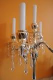 Kerzen auf goldenem Kerzenhalter stockbild