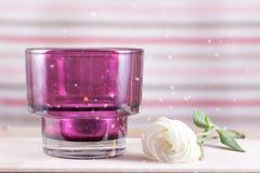 Kerzen auf Holztischblumen-Blumenblattschnee Lizenzfreie Stockbilder
